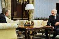 Лукашенко підсунув Кучмі півня у Мінську (ФОТО, ВІДЕО)