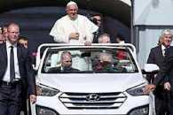 Папа Римський відмовився від броньованого папамобіля