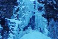 Як на Прикарпатті шедеврально позамерзали водоспади