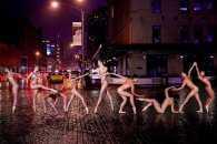 Як оголені танцюристи позували посеред мегаполісу для приголомшливої фотосесії