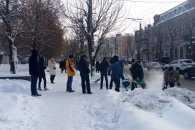 Як депутати міськради у Кропивницькому лопатами працювали