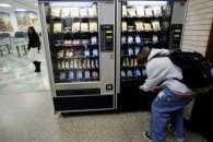 Вестибюлі столичних шкіл віддають в оренду під автомати із солодощами