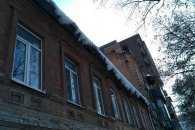 У центрі Дніпра з дахів і кондиціонерів звисає льодова загроза