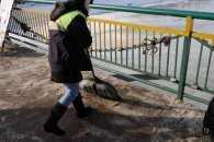 Ужгородські комунальники розбивають лід і сніг у центрі міста