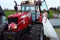 Лімузини - геть: В Ірландії наречена приїхала на весілля на тракторі