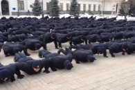 У центрі Дніпра сотні поліцейських влаштували масовий флешмоб