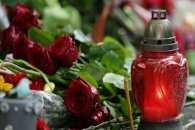 Ужгородці приносять квіти та свічки до Генконсульства Угорщини
