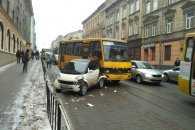 Як автобус розчавив у Львові Smart (ВІДЕО, ФОТО)