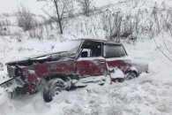 Закарпатські поліцейські дістають автівки з кюветів