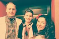 На фото: Артем Левченко з мамою і татом