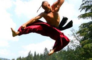 Захопливі трюки зі зброєю і без: Як круто виглядає український бойовий гопак
