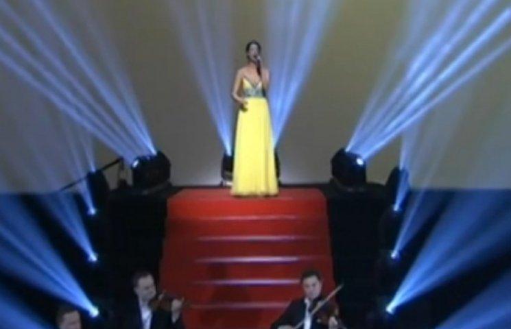 Супруга Кличко спела гимн Украины на бое с Леапаи