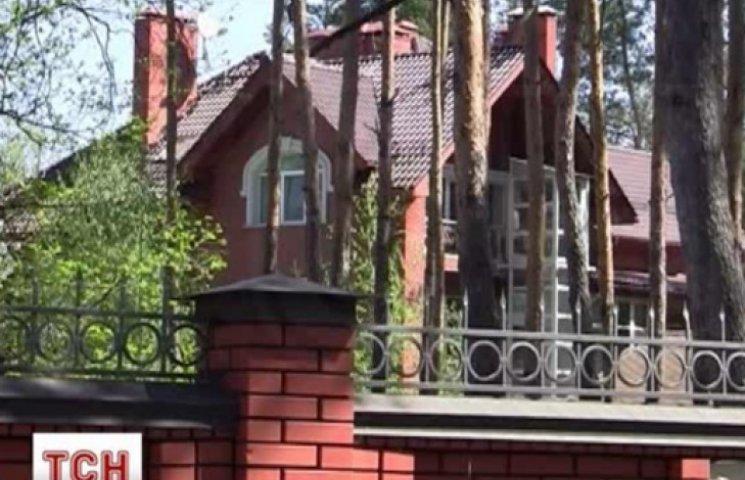 Азаров продает огромный особняк в Конча-Заспе