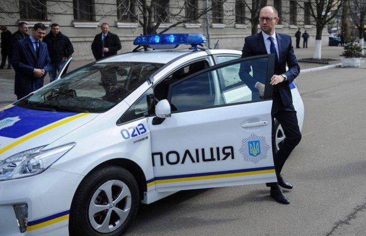 Яценюк розсікав по вулицях Києва на автівці для майбутньої поліції