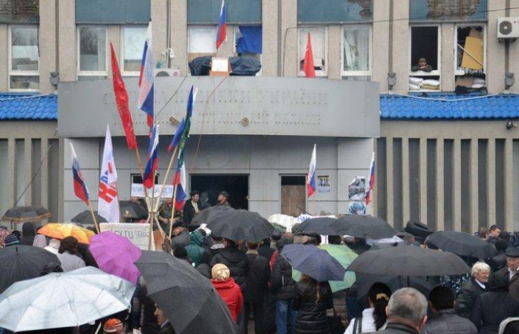 Початок війни з Росією: рік тому захопили будівлю СБУ в Луганську (ФОТО)