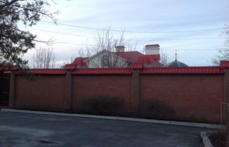 Затишний будиночок Єфремова в Луганську стоїть неушкоджений і під охороною (ФОТО
