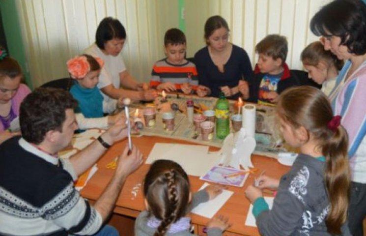 Діти-переселенці малювали східний настрій на закарпатських писанках