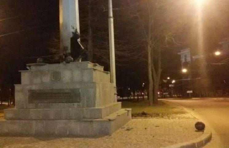 Як у Харкові терористи підірвали стелу з прапором (ФОТОРЕПОРТАЖ)