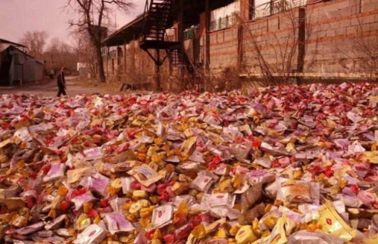 У Донецьку на дорогу викинули гору цукерок, жителі готові їсти навіть прострочені (ФОТО)