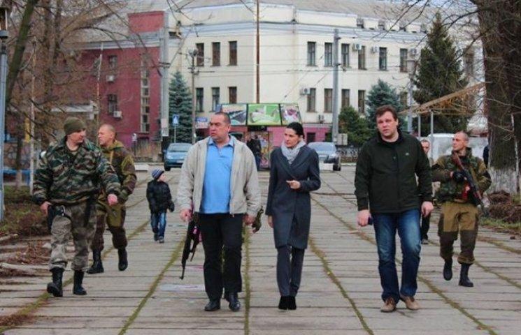 Як Плотницький і похресник Єфремова в оточенні автоматників гуляють по Луганську (ФОТОФАКТ)