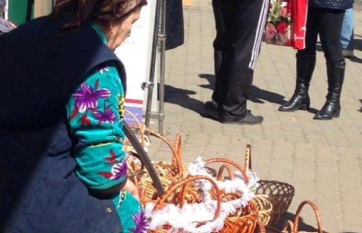 Закарпатські продавчині пасхальної атрибутики чекають на товсті гаманці (ФОТОФАКТ)