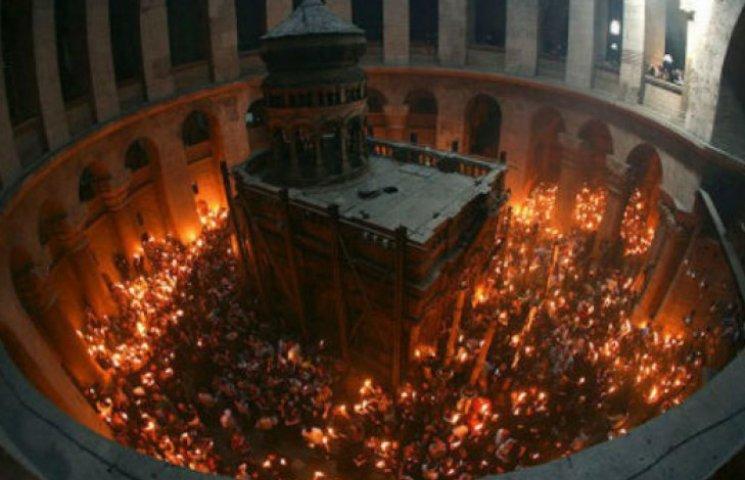 До Києва везуть Благодатний вогонь