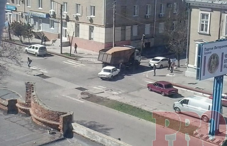 """У центрі Бердянська не розминулися """"Жигулі"""" і КамАЗ"""
