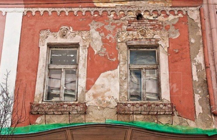 """Фасади історичного Ужгорода зникають """"в Лєту"""" (ВІДЕО)"""