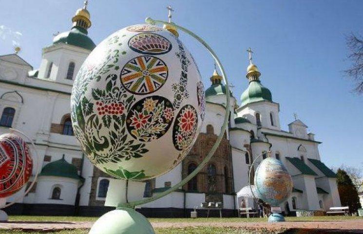 Центр Києва прикрасили величезними яйцями (ФОТО)