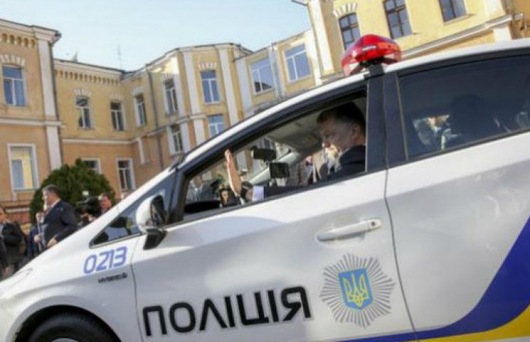 Порошенко поїхав до театру на авто патрульної поліції (ФОТО)