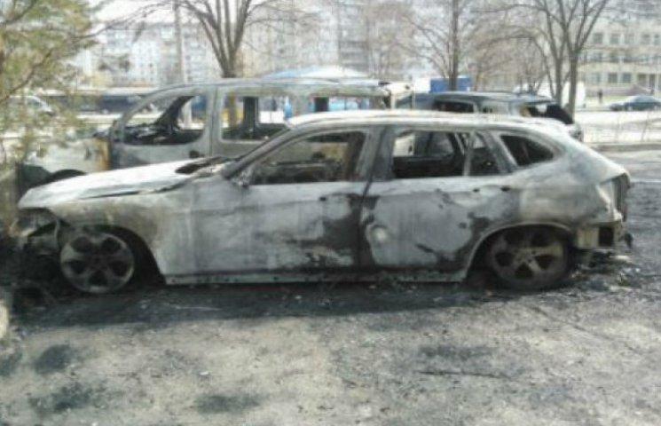 У Сумах масовий підпал автомобілів, припаркованих у дворах (ВІДЕО)