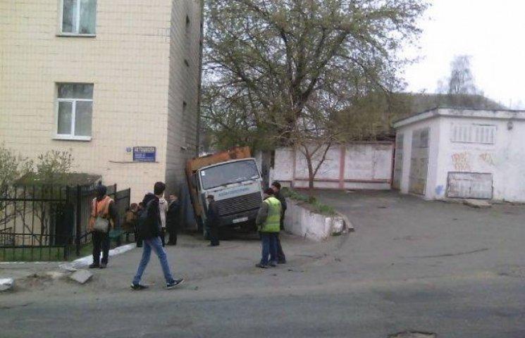 У Києві під асфальт провалився 30-тонний сміттєвоз (ФОТО)