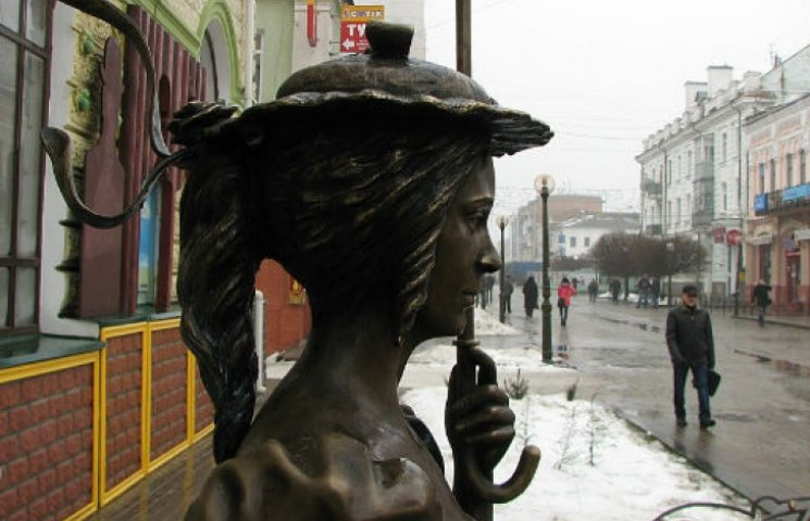 """Понівичену """"Даму з парасолькою"""" після реставрації встановлять у Покровському сквері"""