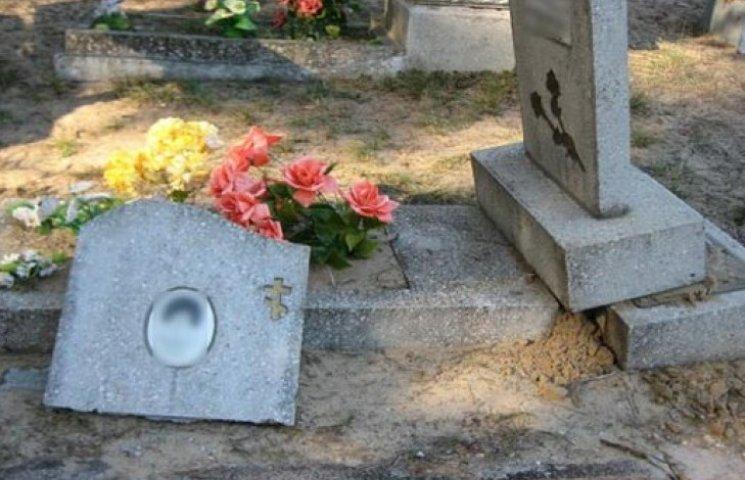 Зміївчанин на Великдень громив могили. ФОТО