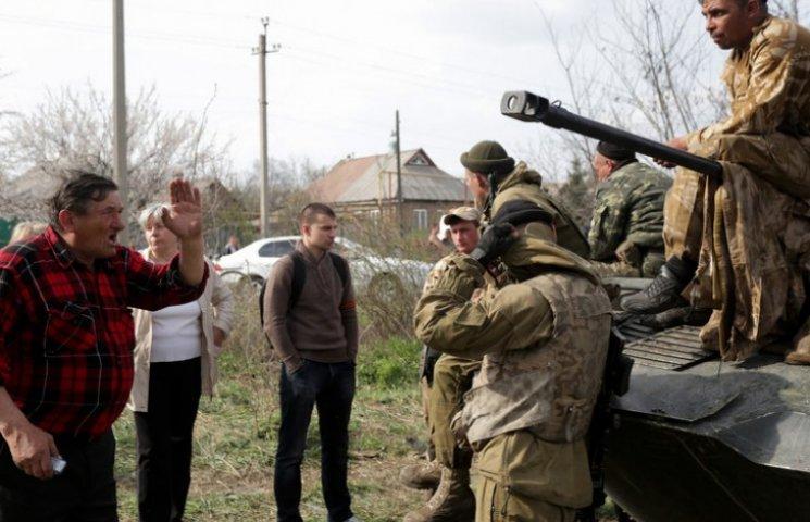"""Річниця АТО: Як у Краматорську жителі кидалися під танки, що їхали звільняти іх від """"ДНР"""" (ФОТО)"""
