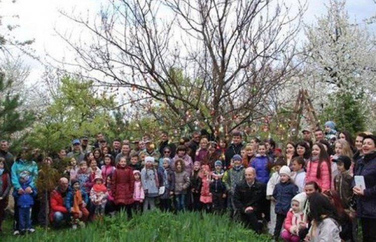 Німецьке великоднє дерево переїхало до Мукачева (ФОТОФАКТ)
