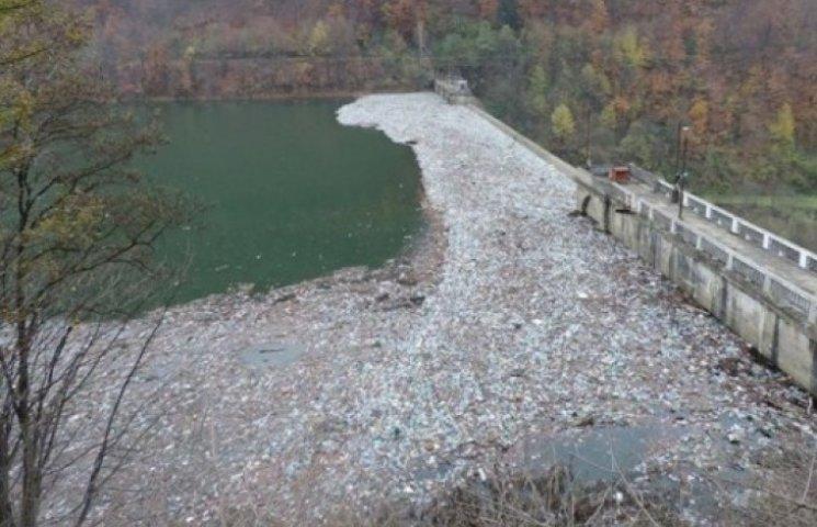 Звалище сміття на закарпатському водосховищі шокує (ФОТОФАКТ)