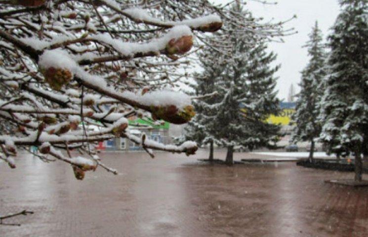 Безжалісний квітень: Шостку засипає снігом (ФОТОФАКТ)