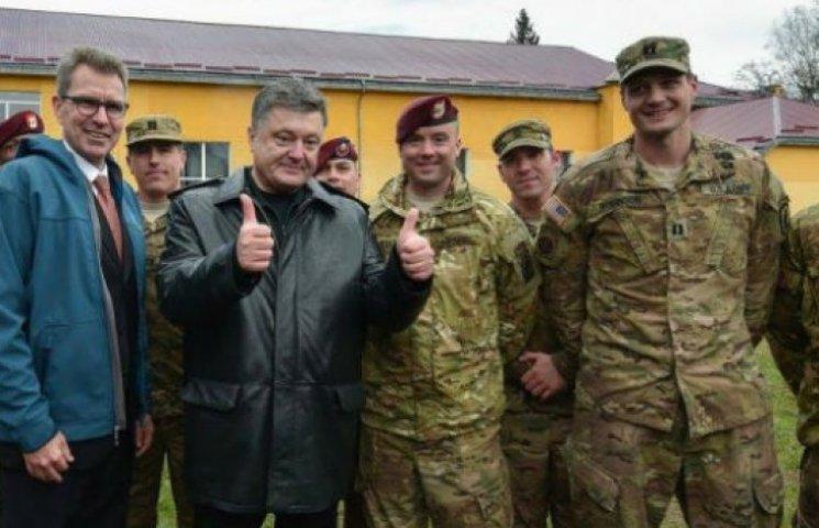 Як радісний Порошенко зустрічав десантників США (ФОТОРЕПОРТАЖ)