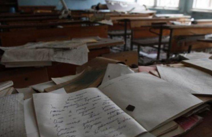 На Закарпатті учні зняли на відео вчительку, яка копирсалася в їхніх речах (ВІДЕО)