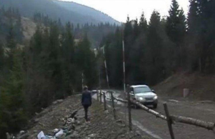 На закарпатському перевалі дорога сповзає у прірву
