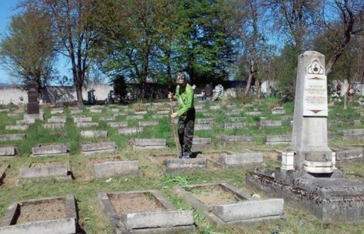 У Мукачеві бійці 128-ої бригади упорядковують цвинтар (ФОТОФАКТ)