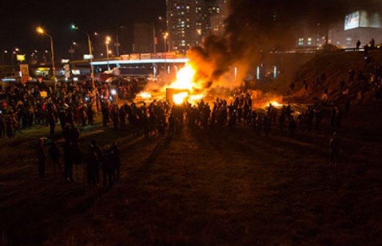 Як у Києві з бійкою трощили паркан на скандальному будівництві (ВІДЕО)