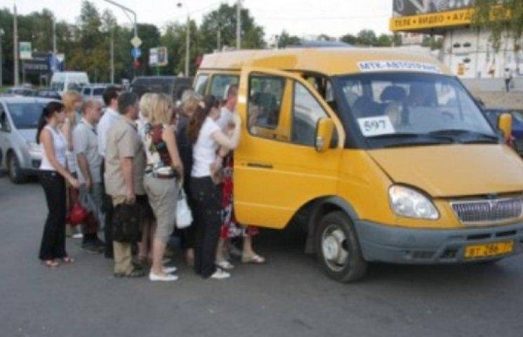У Мукачеві проїзд на маршрутці дорожчий, ніж у столиці (ВІДЕО)
