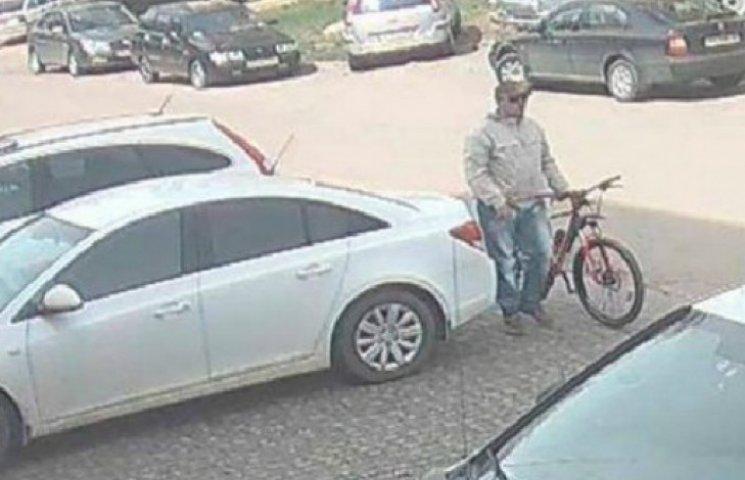 """Велосипедист-терорист обливає кислотою """"патріотичні"""" авто в Харкові (ФОТОФАКТ)"""