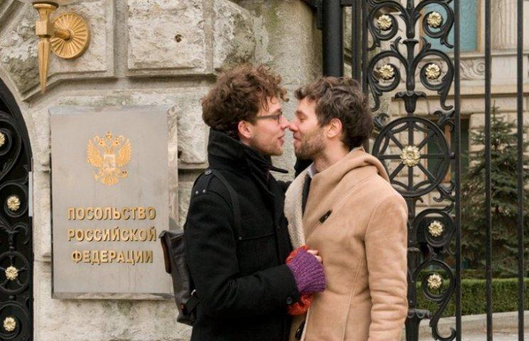 """Бойовики """"ЛНР"""" дозволяють геям цілуватися і вважають це """"руською традицією"""" (ВІДЕО 18+)"""