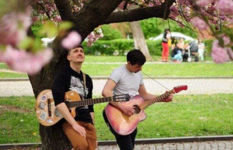 """Закарпатський гурт випустив пародійний кліп """"Коли сакури цвітуть"""" (ВІДЕО)"""