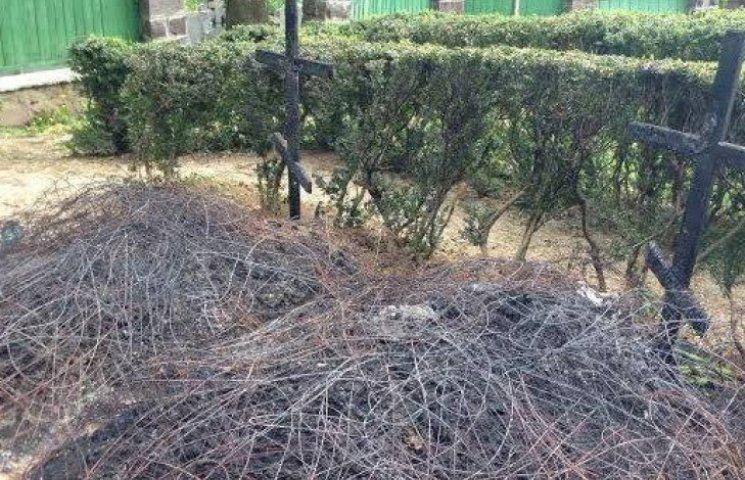 В Ужгороді згоріли хрести на могилах воїнів АТО (ФОТОФАКТ)