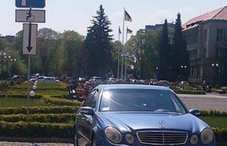 """Закарпатський прокурор """"закосив"""" під інваліда (ФОТОФАКТ)"""