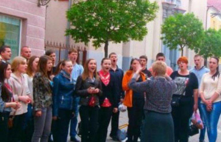 Вінницька молодь організувала флешмоб у центрі Ужгорода (ФОТОФАКТ)